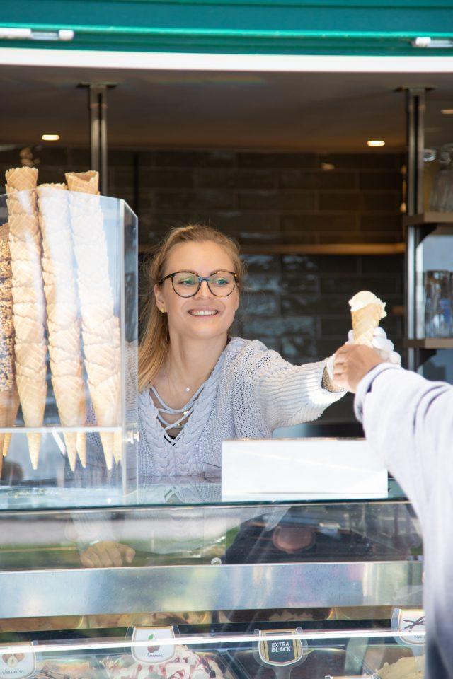 Lena Mielke serviert Eis