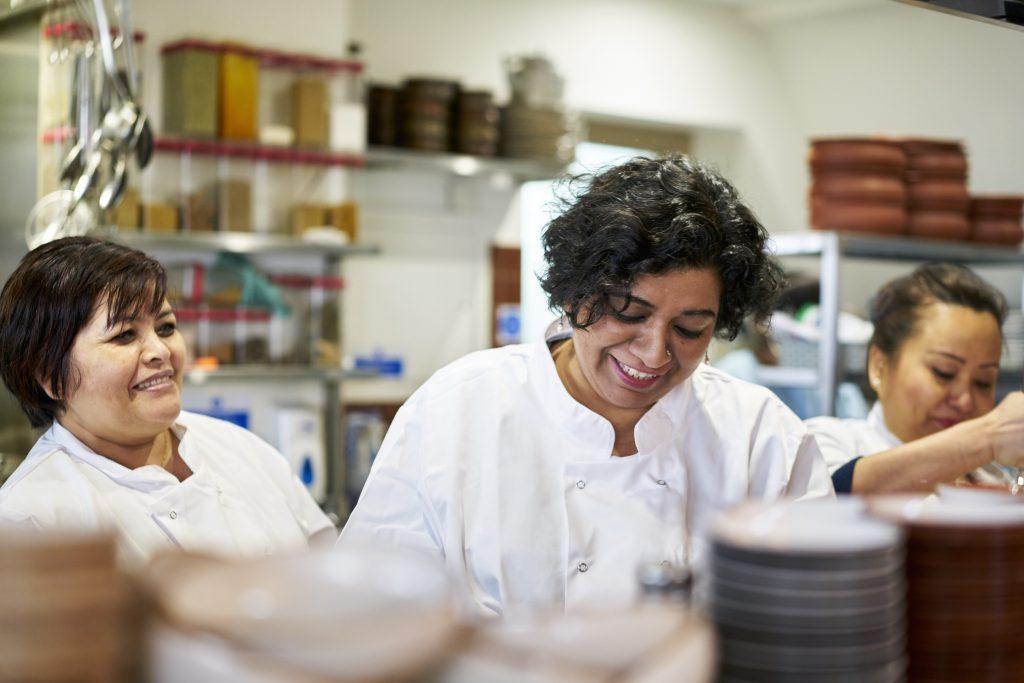 Asma Khan in der Küche